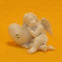 Engel mit Herz liegend