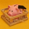 Spardose Schwein im Stall mit Hammer